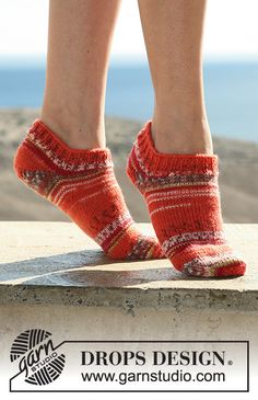 """DROPS - Free knitting patterns by DROPS Design DROPS short socks in """"Fabel"""". Free patterns by DROPS Design. Always aspired to discover ways to knit, but not certain wh. Knitted Socks Free Pattern, Knitted Slippers, Slipper Socks, Crochet Slippers, Knitting Socks, Knitting Patterns Free, Free Knitting, Knit Crochet, Finger Knitting"""