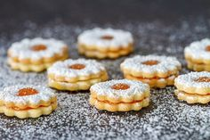 Linzeraugen mit Mandeln The Linzer eyes with almonds are a typical Christmas recipe. These delicious cookies will love your loved ones. Shortbread Recipes, Cookie Recipes, Dessert Recipes, Desserts, A Food, Food And Drink, Linzer Cookies, Pavlova, Yummy Cookies