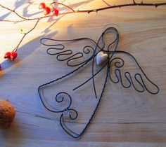 Drátování U Metudky Gold Christmas Decorations, Christmas Art, Christmas Projects, Christmas Ornaments, Wire Crafts, Metal Crafts, Diy And Crafts, Paper Beads Template, Barbed Wire Art