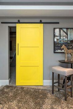 rail de porte coulissante noir et porte jaune, intérieur gris