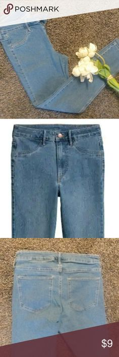 """H&M Skinny Ankle Jeans Blue Sz 9/10 Brand: H&M Style: Skinny Ankle  Color: light blue Size: 30"""" (equals 9/10)  Feel free to ask me any questions and happy poshing,  no trades, I do accept offers H&M Jeans Skinny"""