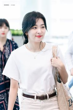 Image of Seulgi Kpop Girl Groups, Korean Girl Groups, Kpop Girls, Kang Seulgi, Red Velvet Seulgi, Airport Style, Airport Fashion, Airport Outfits, South Korean Girls