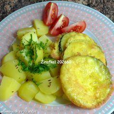 Cuketa v sýrovém těstíčku 1ks cukety 4 vejce 100g tvrdého nastrouhaného sýra 4 lžíce hl.mouky sůl, troška vegety bez glutamanu špetka pepře 1) Cuketu omyjeme, příp. oloupeme, nakrájíme na  kolečka, z obou stran posolíme a necháme na talíři stát, dokud nepustí vodu (klidně i 3/4 hod). 2) Vejce rozšleháme s moukou a str. sýrem 3) Z cuket slijeme vodu a osušíme a namočíme do těstíčka. Smažíme. 4) Podáváme s vařeným bramborem maštěným máslem, můžeme posypat petrželkou. Podávat s okurkovým…