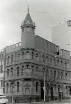 Berties nightclub in Later Hard Rock Café, William Pitt's (now severely altered) Tower House at the N-W Corner of Spring and Flinders Streets seen when it housed the city's first Hard Rock Cafe. demolished for Shell House Shell House, Tower House, Historic Houses, Nightclub, Victorian Era, Hard Rock, Mud, Melbourne, 1970s