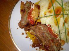 Mleté maso dáme do mísy, osolíme ho, opepříme, nastrouháme k němu salátovou okurku, přidáme rozmačkaný česnek a zasypeme kořením... Steak, Food, Red Peppers, Essen, Steaks, Meals, Yemek, Eten