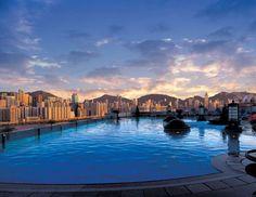 Harbour Plaza Hotel - Hong Kong. La piscine de Harbour plaza à Hong-kong est l'une des plus belles au monde. Elle surplombe la ville de Hong Kong et offre un paysage surprenant sur les buildings.