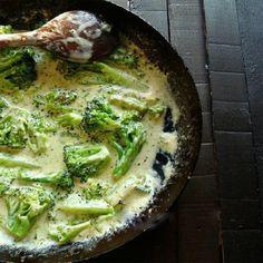 Broccoli mai este denumit și conopida verde, fiindo legumă bogatăîn vitaminele B (în special B3 și B5), vitamina A, vitamina C, acid folic, calciu, magneziu, mangan, fier, potasiu, zinc, seleniu, fosfor și o mulțime de fibre. Conține și antioxidanți, care ajută la scăderea în greutate. De aceea, vă îndemnăm să probațio rețetă de broccoli cu sos de brânză și usturoi. Din cele mai simple ingrediente și într-un timp record obțineți un fel de mâncare cald delicios, deosebit de aromat și…