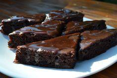 Csokoládés almás piskóta, csoki bevonattal – fincsi és hamar elkészíthető csábító süti!