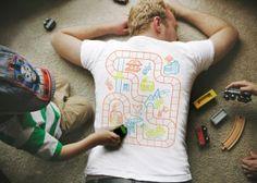 Die etwas andere Art mit seinem Kind zu spielen! Mit diesem genialen Shirt können sich Eltern als Spielmatte getarnt von ihrem Kind massieren lassen.