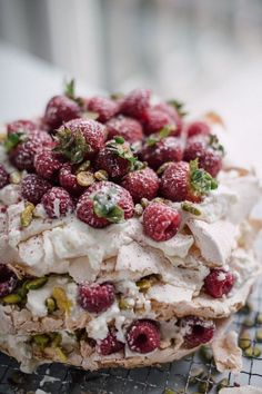 Cake İdeas 476607573066868930 - The famous pavlova cake: an irresistible, airy dessert that boasts a crisp meringue shell and marshmallowy inside. Enjoy this delicious pavlova cake recipe. Source by martineroba Sweet Recipes, Cake Recipes, Dessert Recipes, Macarons, Bolos Naked Cake, Pavlova Cake, Let Them Eat Cake, Just Desserts, Tiramisu