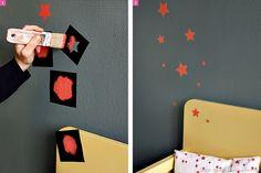 Pochoir étoiles oranges sur mur.