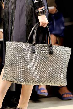 Bottega Veneta Spring 2012 Ready-to-Wear=BadAss! Best Handbags, Fashion Handbags, Fashion Bags, Diy Bags Purses, Straw Tote, Beaded Bags, Fabric Bags, Big Bags, Bottega Veneta