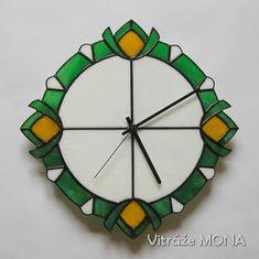 Hodiny+se+zelenou+Hodiny+jsou+vyrobenyz+bílého+opálového+skla,+z+jasného+zeleného+a+žlutého+poloopálového+skla+značek+Spectrum,+Kokomo+a+Uroboros+technikou+Tiffany+a+jsou+vybaveny+Quartz+strojkem.+Jsou+zdobeny+cínovanými+kuličkami+a+hrany+jsou+zdobeny+vzorem.+Hodiny+jsoupatinovány+na+černo+a+jsou+ošetřeny+antioxidantem.+Hodinylze+doplnit+šperkovnicívyrobenou+ze...