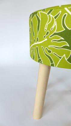 Piękny wzór najmodniejszych liści odmieni każde wnętrze, tworząc modną aranżację. Kolorystykę obicia dopełniają drewniane nóżki. Bukowe elementy, wykorzystane także jako korpus stołka, dobrej jakości pianka i poszycie z 100% bawełny czynią mebel niezwykle wytrzymałym. Fjerne w odważnej kolorystyce spodoba się każdemu. W pokoju najmłodszych może pełnić funkcję siedziska,