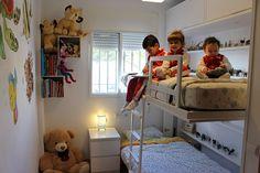 Habitación juvenil con litera abatible doble Avatar pro, con estanterías dentro y altillos.