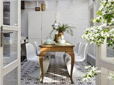 suelo de madera oscuar silla panton silla barcelona rosetones muebles de diseño ladrillo en el salón pintado blanco filigranas arquitectura diseño de interiores en blanco decoración en blanco cornisas baldosa hidraulica