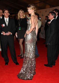 wow... look at this girl!! I admire her for always choosing elegance! Taylor Swift at the CMAs 2008.
