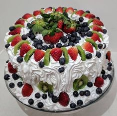 How to make fruit cakes? Cake decorating ideas, in addition to easy fruit cake r Pastry Recipes, Baking Recipes, Cake Recipes For Kids, Cake Decorating Tips, Fancy Cakes, Pretty Cakes, Creative Cakes, Cake Creations, Let Them Eat Cake