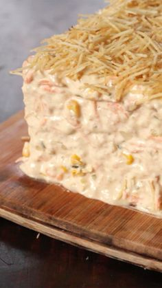 Recipe with video instructions: A delicious fish pie that you have to try. Ingredients: 1 pack of torta fria bread (an elongated slice of white bread), 2 cans of tuna, 3 cups of mayo, can of. Tuna Pie, Good Food, Yummy Food, Cooking Recipes, Healthy Recipes, Cooking Bacon, Cooking Oil, Comfort Food, Food Videos