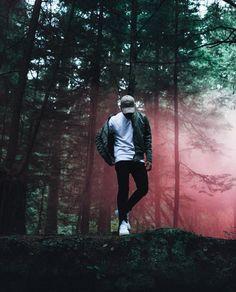 Fotos bosque Smoke Bomb Photography, Portrait Photography Poses, Men Photography, Photo Poses, Creative Photography, Amazing Photography, Street Photography, Men Photoshoot, Male Poses