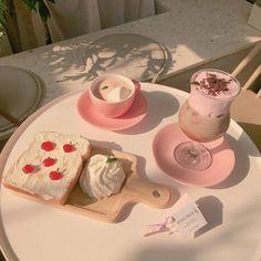 Kawaii 💞💞 I don't own any of these pictures👍 Ningúna de estas fotos me. Aesthetic Food, Pink Aesthetic, Korean Aesthetic, Aesthetic Themes, Think Food, Cute Desserts, Cafe Food, Food Cravings, Food Porn