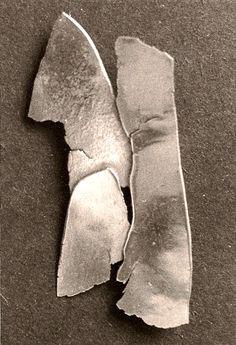"""Kleinplastik """"Torso"""", Silberblech geschmiedet, Höhe ca. 150 mm. Frühe Arbeit, stilisiert mittels dreier gefügter Blechflächen einen männlichen Torso."""