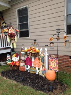 One of my fall outdoor decorated fences :)) - All For Garden Fall Yard Decor, Outside Fall Decorations, Harvest Decorations, Fall Home Decor, Thanksgiving Decorations, Holiday Decor, Easy Fall Crafts, Fall Diy, Autumn Decorating