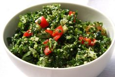 This basic tabbouleh salad (aka tabouli) made with cracked wheat bulgur, tomatoes, cucumber, and parsley is easy and delicious. Tabouleh Salat, Couscous Salat, Basil Pesto Recipes, Healthy Juices, Original Recipe, Salad Recipes, Vegan Recipes, A Food, Food Processor Recipes