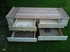 Single bed with drawers, entirely made from recycled wooden pallets ! More information at Herreria y Carpinteria Facebook page ! Idea sent by Francisco Sor