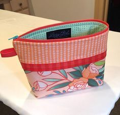 Awesome Stand-up-i-tude! This #BeccaBags made with #StiffStuff interfacing has better posture than I do. It's a sew-in stabilizer, so baste around the edges then get to it! #LazyGirlDesigns #SewLazyInterfacing #ShowMeTheModa #Aurifil #LazyGirlBag