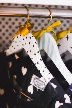 DIY: Como fazer cabides personalizados gastando pouco | O Mundo de Jess Diy Wooden Projects, Wooden Diy, Diy Clothes Hangers, Boutique Decor, Arts And Crafts, Diy Crafts, Ideias Diy, Kids Store, Decoupage