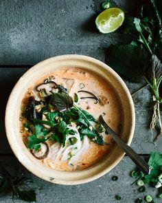 Thai Kokos Suppe ... Eine leichte Frühlingssuppe mit Reisnudeln, Tofu, Shiitake und vielen frischen asiatischen Kräutern. Kraut|Kopf