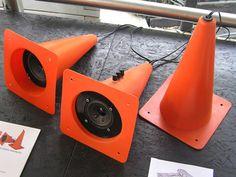 Um belo som feitos com cones de sinalização.