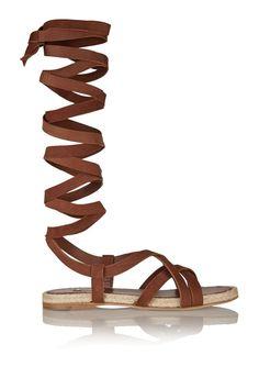Gladiadoras urbanas. Así se llevan las sandalias multitiras © Miu Miu