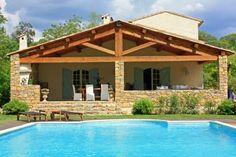 """Villa """"Les Rives du Caramy"""" (Carcès) - Exclusieve Provençaalse villa met groot privé zwembad in het hartje van de Provence. Gelegen op 1,5 hectare grond en mede dankzij het ruime grasveld erg aantrekkelijk voor gezinnen met kinderen. De villa is ingericht in de Engelse country-chic stijl. Het Engelse tijdschrift Country Life omschreef de villa als """"een impressionistisch schilderij van een perfecte zomerdag"""". De villa is geschikt voor 8 personen."""