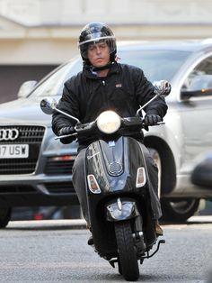 Hugh Grant on his Vespa Vespa Helmet, Italian Scooter, Vespa Scooters, Classic Motors, Motorcycle Design, Fiat 500, Motorbikes, Hugh Grant, Bikers