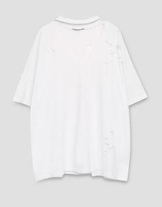 https://www.pullandbear.com/pl/dla-niej/odzież/koszulki/luźna-koszulka-z-chokerem-i-dziurami-c29020p500290005.html