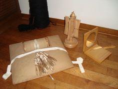 Een kantkloskussen, een garenwinder en een spiegel om mee te spiegelen. Een verzameling voor mijn handwerkmuseum in wording. blog.brouwershuusken.nl
