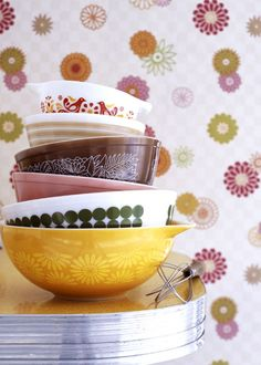 Recently, I've been a little obsessed with vintage pyrex kitchen glasswares.  Not only are they all just adorable, they're known for their lasting durability.    Aren't these just amazing?