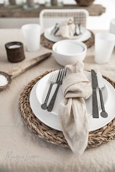 No matter how big or small the meal may be, something beautiful on the table makes it a little more special. Linen napkins, linen tablecloths, linen runners and linen placemats available in more than 12 colors >> Linen Tablecloth, Linen Napkins, Cloth Napkins, Napkins Set, Table Linens, Linen Placemats, Rustic Placemats, Casa Atrium, Home Decoracion