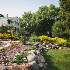 4 Super Easy Ways to Pretty Up Your Spring Landscape - 4 Spring Landscaping Ideas for Homeowners Who Hate Yard Work - Cheap Landscaping Ideas, Home Landscaping, Front Yard Landscaping, Backyard Ideas, Landscaping Software, Outdoor Ideas, Florida Landscaping, Farmhouse Landscaping, Pool Ideas