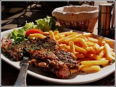 Some of the most beloved French dishes are the simplest and steak frites are perhaps the most beloved. Here is a list of the top 5 Paris steak frites. French Dishes, French Food, French Wine, Steak And Frites Recipe, Steak Frites, Tagliatelle Carbonara, French Steak, French Fries, Le Cassoulet