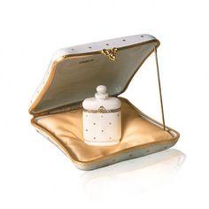 Sticla exceptionala este ascunsa intr-o cutie de portelan de Limoges. Si aceasta creatie Caron este expresia luxului si rafinamentului. Iar dupa cum si numele parfumului o spune, Nuit De Noel este linistea si caldura pe care doar noaptea de Craciun o da. Christmas Night, Perfume Store