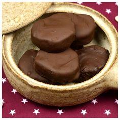 Ένα γλυκό που φτιάχνεται πολύ απλά στο σπίτι μας και αποτελεί το ιδανικό  κέρασμα στους λάτρεις της σοκολάτας.  Περιεκτικό, σοκολατένιο με πλούσια χοντροκομμένα καρύδια στο εσωτερικό του  και από πάνω μια παχιά στρώση σοκολάτας. Αυτό θα πει καριόκα!        ΜΕΡΙΔΕΣ: 17 ΚΟΜΜΑΤΙΑ Χ Greek Desserts, Greek Recipes, Easy Desserts, My Recipes, Delicious Desserts, Cooking Recipes, Sweet Corner, Chocolate Sweets, Cake Cookies