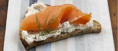 Tostada con yogur y salmón ahumado