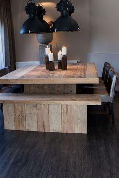 Grote vierkante tafel van hout. Door Molitli