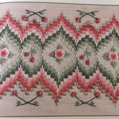 Dekoratif Nakış... Bargello tekniği ve Rokoko Güller... (Not: Fotoğrafı kitap sayfasından çektiğim için biraz eğrilik var...Aslı çok daha düzgün...)#nakış #embroidery #bargello#elişi #handmade #needleart #needlework #