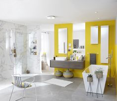 Salle de bains grise et jaune avec carrelage sol et mur effet marbre. #salledebains #carrelage #marbre