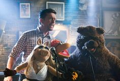 'The Muppets': Miss Piggy & Ed Helms Get Hammered & Fozzie Shoots [SPOILER] In TheFace