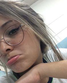 ೃ✧ 𝒂𝒏𝒅𝒙𝒆𝒔𝒔𝒂 ೃ✧ Glasses Frames Trendy, Cute Glasses, Girls With Glasses, Cute Girl Photo, Girl Photo Poses, Girl Pictures, Girl Photos, Glasses Trends, Lunette Style
